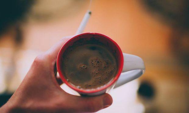 Кава - один з найпопулярніших напоїв у світі. Вчені неодноразово доводили його користь для організму. Однак є й мінуси вживання, особливо в дуже гаряч