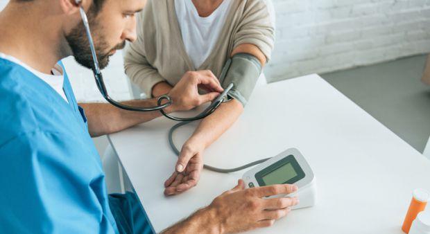Іноді високий тиск не проявляє себе симптомами, але його наслідки завдають організму шкоди.