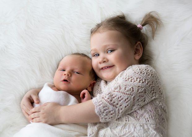 Поява малюка в родині може стати стресом для старшої дитини. Тому батькам потрібно підготувати первістка до ції щасливої події.