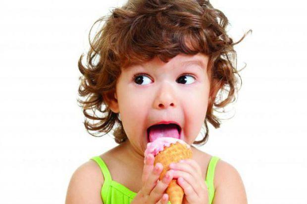 Американські вчені закликають не давати дітям багато солодощів.