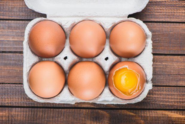 Іноді батьки дають дітим пити сирі яйця для зміцнення здоров'я.