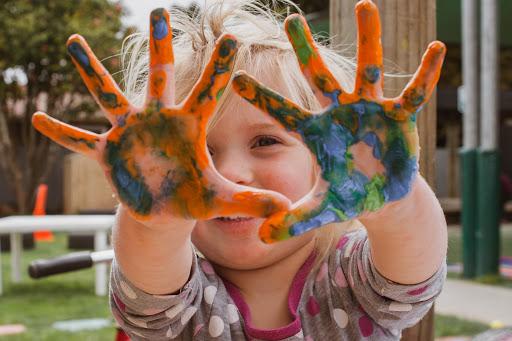 Діти малюють на шпалерах