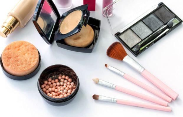 Наукові співробітники розповіли, що хімічні речовини, що входять до складу косметики, сприяють прискоренню у дівчаток статевого дозрівання.