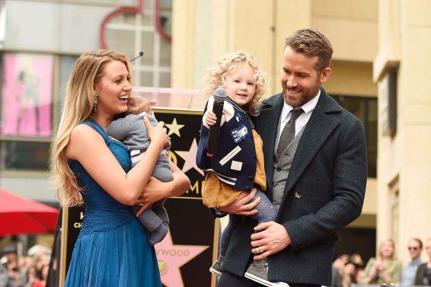 Разом зі своєю 33-річною дружиною Блейк Лайвлі 44-річний актор Райан Рейнольдс виховує трьох доньок: шестирічну Джеймс, чотирирічну Інес і дворічну Бе