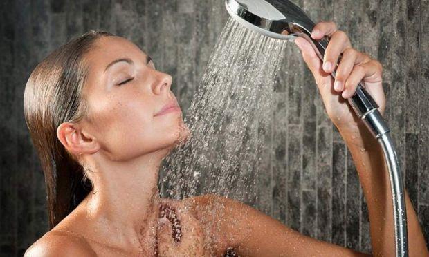 Приймати душ щодня шкідливо для здоров'я, стверджує відомий у Великобританії лікар Кріс Стіл.