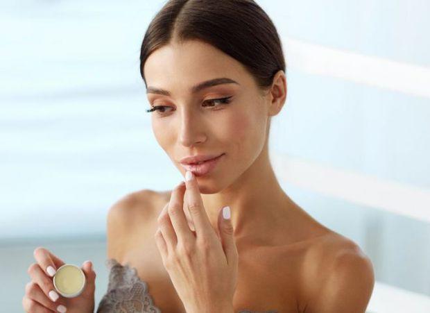 Шкіра губ потребує належному догляді. Якщо у вас до сих пір немає жодних косметичних засоби для цього, радимо виправити цю ситуацію.