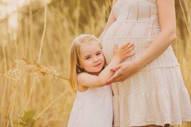 В першу чергу, потрібно проінформувати старшу дитину про швидку появу в сім'ї малюка. І бути готовим до того, що вона не розділить вашого захоплення з
