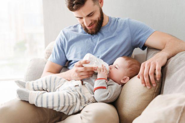 У нашому суспільстві всі звикли, що турбота про малюків - основне завдання жінки. Чоловіки в цей час повинні займатись фінансовим забезпеченням родини