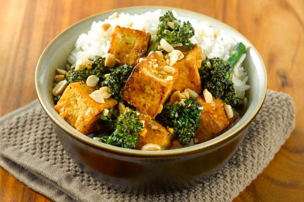 Тофу відрізняється досить прісним смаком, тому до нього часто додають багато спецій і використовують соуси. Але, незважаючи на невиражені смакові влас