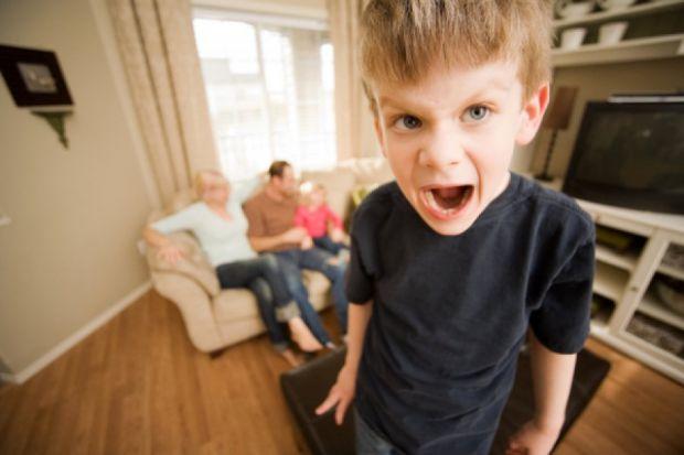 Перші симптоми захворювання можуть проявлятись у віці 5-7 років.