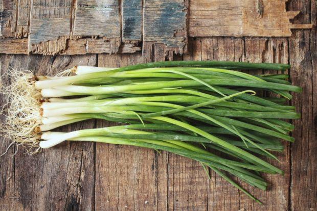 Регулярне вживання зеленої цибулі знижує ймовірність виникнення онкологічних і серцевих захворювань.