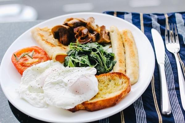Професорка Інго Фробезе розповідає, що має бути на тарілці для збалансованого сніданку, і чому вуглеводи грають дуже важливу роль.
