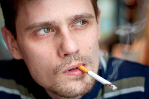 Спочатку викурена перед статевим актом сигарета дійсно розширює судини і сприяє бадьорості і хорошій ерекції. Проте з часом нікотин діє навпаки, відчу