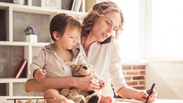 Сучасні мами не хочуть сидіти в декреті кілька років. Найчастіше вони починають працювати ще вдома. Тим більше сьогодні є багато варіантів заробітку д