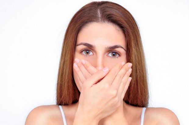 Якщо ви відчули в диханні близької людини запах часнику, то саме час встати від неї подалі. Таку думку висловив відомий британський вірусолог.
