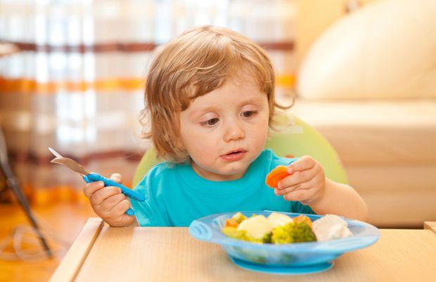 Часто спеціалісти рекомендують пізніше вводити у раціон малюка тверду їжу. Це радять для того, щоб продовжити грудне вигодовування та зменшити ризик п