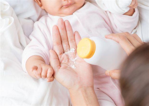 Дитячу присипку можна використовувати замість сухого шампуню, також вона допомагає людям з проблемою пітливості. Як ще?