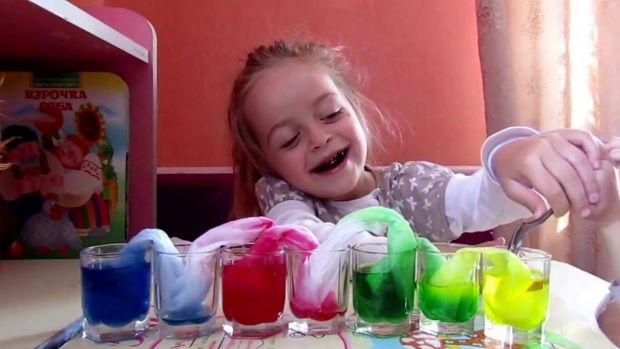Колір їжі впливає на її привабливість. Але чи безпечно використовувати харчові барвники у дитячих стравах?