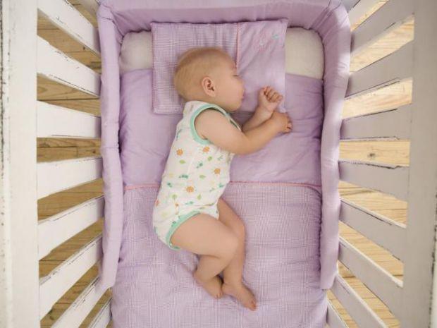 Вважається, що дитині не слід спати на подушці, поки їй не виповниться хоча б рік. Комісія з безпеки споживчих товарів США радить почекати до 18 місяц