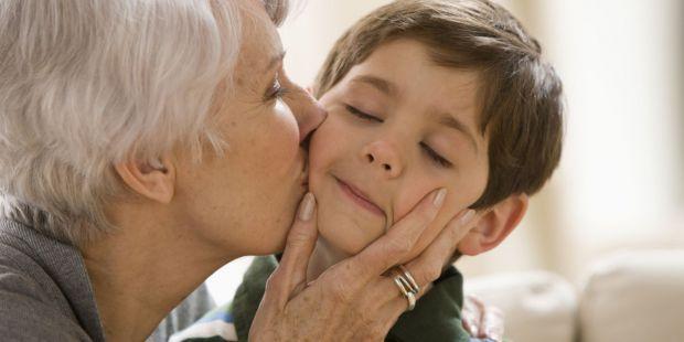 Деякі діти дуже люблять проводити багато часу з бабусями. Про причини такої поведінки - читайте у нашому матеріалі.