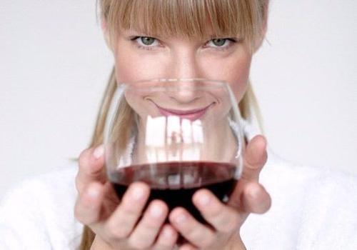 Фахівці з Дослідницького інституту Лернер в Огайо при Клівлендській клініці дійшли до висновку, що вживання вина здатне помітно прискорити лікування р