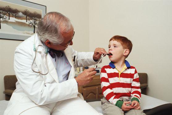У дитини аденоїди, і лікар пропонує операцію. Погоджуватися чи ні? Вибір залежить від багатьох причин, особливо якщо дитина - алергік.