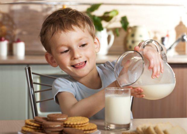 Діти, які регулярно п'ють знежирене молоко, схильні до ожиріння. Такі несподівані висновки зробили американські дієтологи в результаті опитування бать