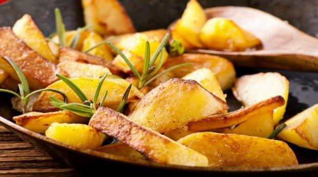 Здається, ніби немає нічого складно при смаженні звичайної картоплі, але більшість з нас неправильно це роблять.