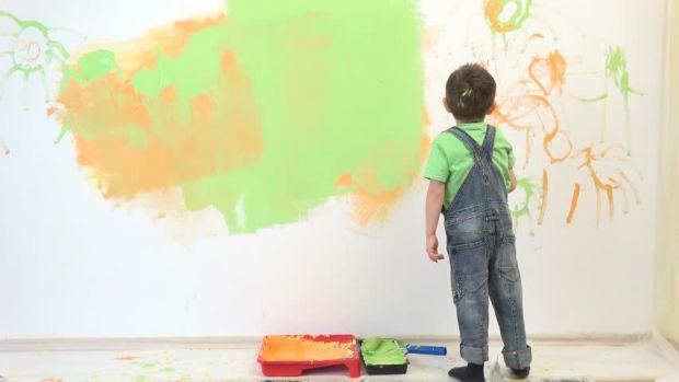 Щоб діти не малювали на стінах, не існує стандартних правил, тому батькам важливо зосередитися на пошуку рішень, а не на покаранні дітей за їх творчий