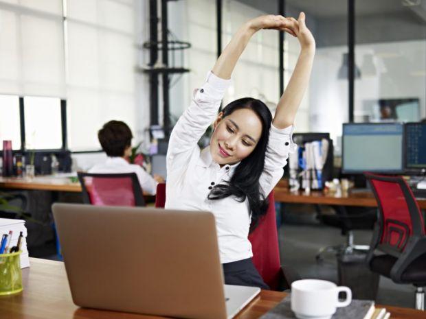Якщо вас робота втомила і дуже хочеться спати, але немає можливості, щоб здрімнути - ви можете застосувати декілька наших порад, аби збадьоритися.