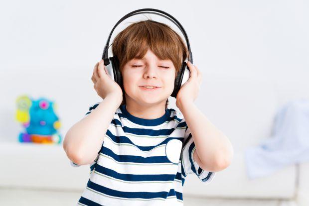 Науковці з Великобританії розповіли, що навушники можуть дуже сильно зіпсувати слух дітей, значно погіршити його.