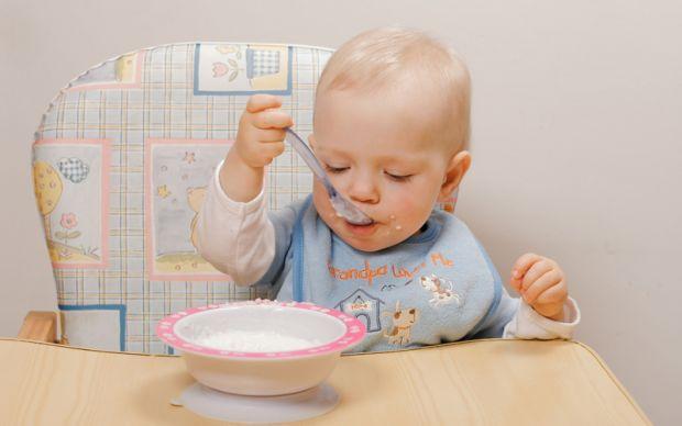 Кілька корисних порад батькам:- З 6 місяців завжди треба давати дитині ложку. Дитина повинна обов'язково помацати їжу рукою, не забороняйте їй це. - З