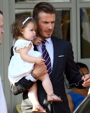 0146_david-and-victoria-beckham-launch-with-daughter-harper-in-notting-hill-1-450x2.jpg (.52 Kb)