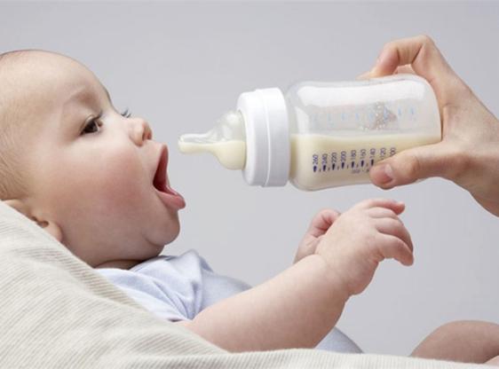 Вигодовування новонароджених, у яких проявляється алергія на молоко, досить складне, адже коров'яче молоко входить до складу багатьох сумішей для году