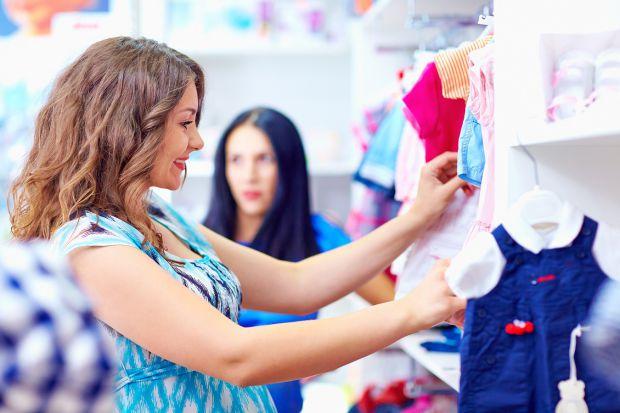 Настав момент, коли можна скласти списком вагітного одягу і побувати в декількох магазинах для вагітних, щоб приміряти одяг і порівняти ціни. Ось про