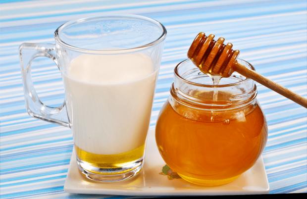 Багато людей люблять смакувати медом. Він корисний для здоров'я, а також може надати привабливості вашій шкірі. У ньому багато вітамінів, мінеральних
