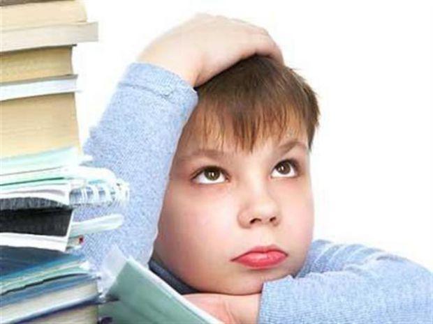 Коли дитина повертається зі школи, не варто одразу сідати за домашнє завдання. Дайте чаду відпочити, поїсти та погратися. Адже дитина повинна проживат