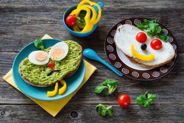 Що обожнюють їсти діти? Правильно, солодощі і шкідливу їжу. Але так не правильно. Тож як привчити дитину їсти здорову їжу?