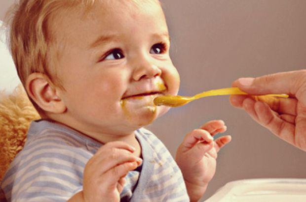 Коли батьки починають вводити прикорм, важливо не переборщити з бажанням показати дитині задоволення від розмаїття їжі. При введенні прикорму важливо