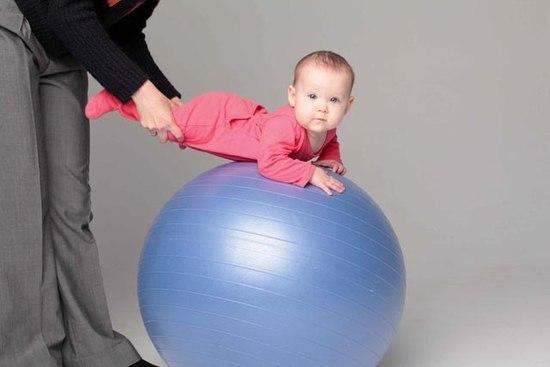 В 3,5 місяці малюк впевнене тримає голівку, здатний піднімати груди і спиратися на руки. У цьому віці його треба якомога частіше класти на живіт. Ця п