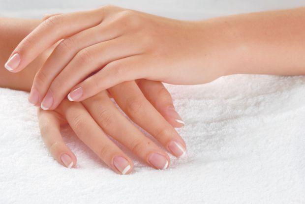 Білі смужки на нігтях - це сигнал про недостачу догляду та вітамінів. Сьогодні ви дізнаєтеся, як їх позбутися.