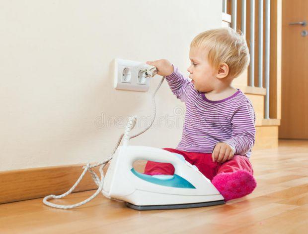 На що варто звернути увагу в квартирі, щоб вберегти малюка від серйозних травм - читайте у матеріалі.