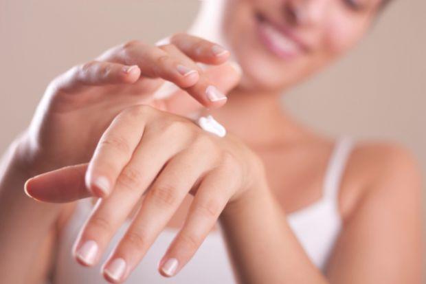 Взимку наші руки страждають через низькі температури повітря. А ще хатні клопоти додають їм сухості та шершавості. Тому неодмінно потрібно користувати