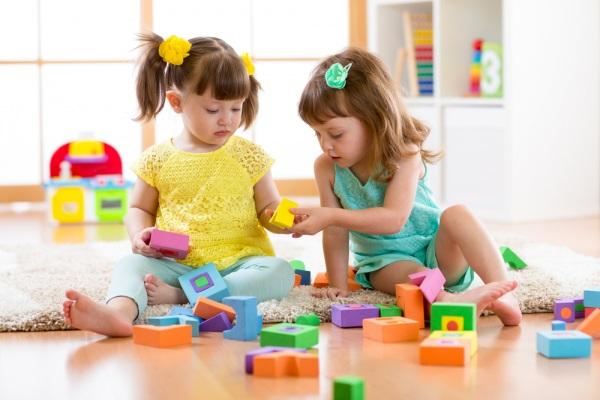 Команда дослідників з Університету Толедо спостерігала за 36 дітьми. Батьки на півгодини залишали дітей в ігровій зоні з 4-ма або 16-ма іграшками.