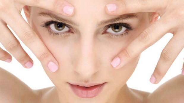 Зморшки навколо очей з'являються у всіх - у когось раніше, у когось пізніше. Причинами появи зморшок можуть бути і погіршення стану шкіри, і вплив кос