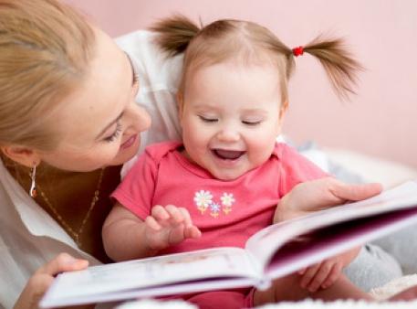 Кожна мама з нетерпінням чекає перших слів малюка. Рано говорити починають не всі дітки. Як допомогти малюкові заговорити швидше, будемо розбиратися в