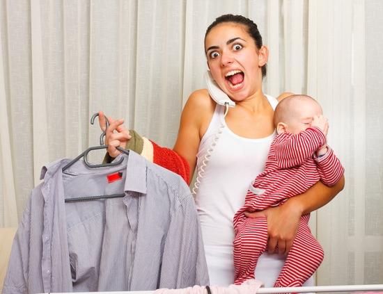 Приблизно на 5 день після пологів у жінки змінюється гормональний фон: знижується настрій, з'являється почуття пригніченості або тривожності. Жінка то