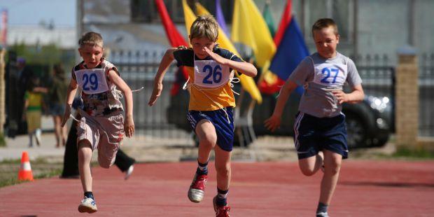 Багато батьків помилково думають, що спорт допоможе підліткам ретельно займатися, однак це абсолютно не зробить молодь більш активною.