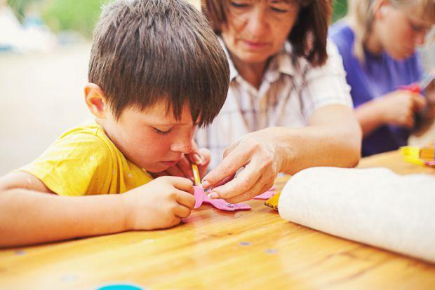 Багато батьків хвилюються, щоб їхні діти-школярі не забули всю програму, яку вивчали протягом року, тому заставляють їх вчитися і влітку. Але як прави