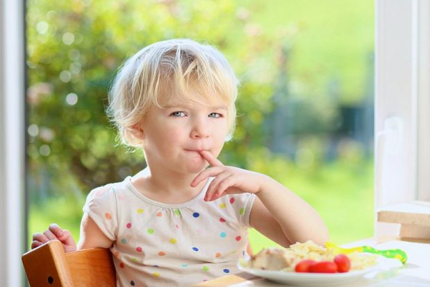 Як навчати дитину гарних манер за столом